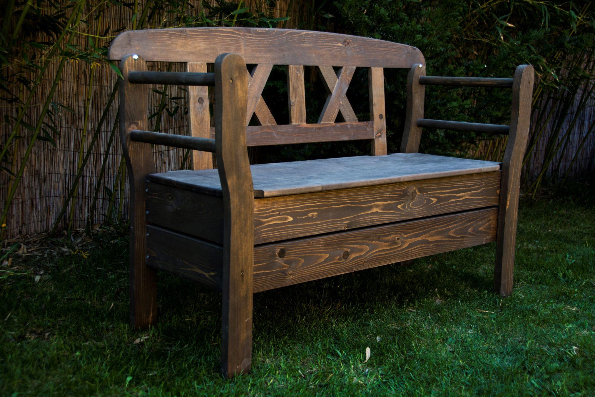 Rustikale aufklappbare Holzbank